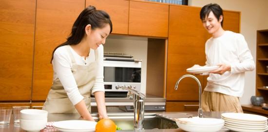 台所に立つ女性