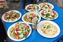 スペイン料理のオムレツやサラダ