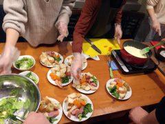 チーズフォンデュワインコンの料理中の様子