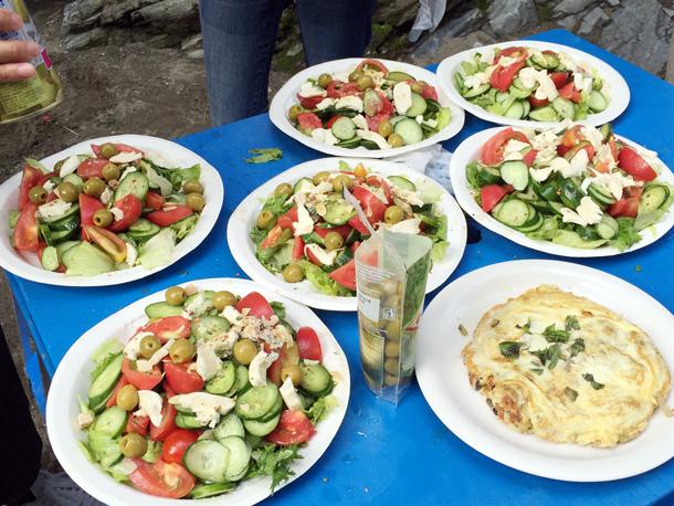 埼玉嵐山渓谷自然体験学習スペイン料理川遊びサラダ