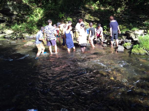 埼玉嵐山渓谷自然体験学習スペイン料理川遊び夕方