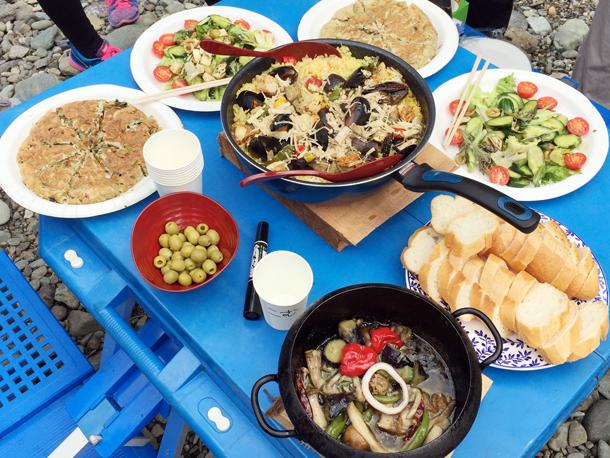 埼玉嵐山渓谷自然体験学習スペイン料理川遊び完成したパエリア