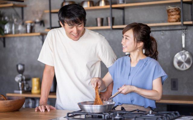 料理コンを楽しむ男女