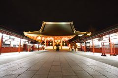 夜の浅草寺の本堂