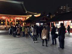 浅草寺で参拝