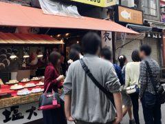 日本橋人形町の食べ歩きの様子